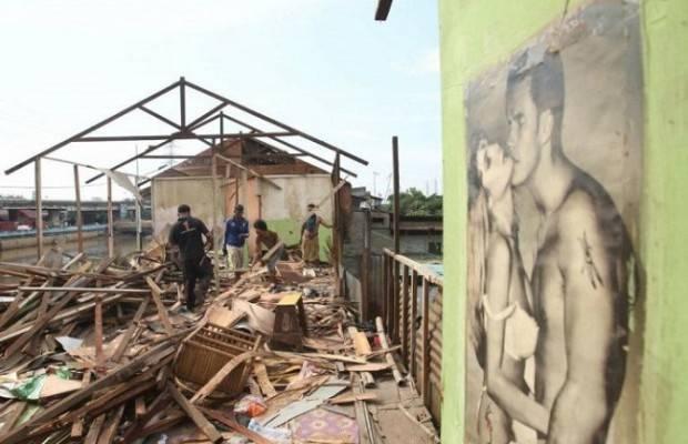 Warga Kalijodo Sibuk Bongkar Rumah Sendiri