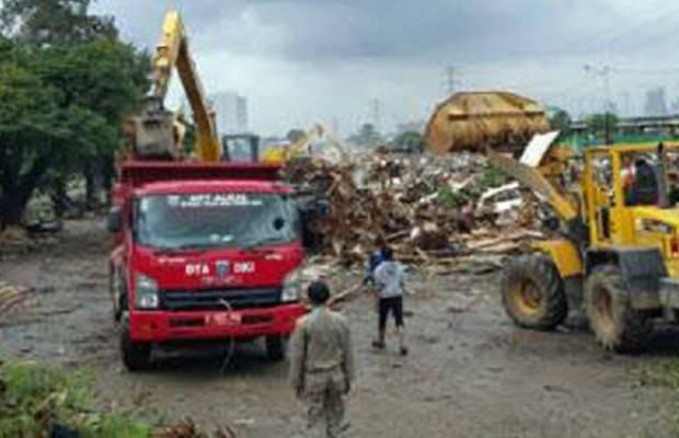 Kendaraan Truk Siap Angkut Sampah Bongkaran Kalijodo