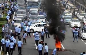 Demo Sopir Taksi 'Anarkis' Jadi Sorotan Dunia