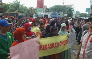 Demonstran Datangi PN Jaksel : Bebaskan Ongen