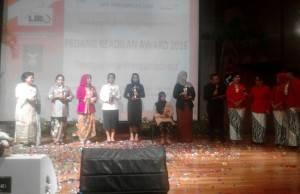 Bupati Kutai Kartanegara Terima Pedang Keadilan Awards